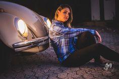 Ensaio fotografico no por do sol, mulher usando roupas masculinas e aboatoando a camisa, fotos feitas em Juatuba em posto abandonado, sentada na frente de um carro com o farol acesso, ensaio de mulher com fusquinha, fusquinha 72