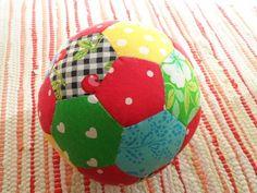 Sara kan själv - Lapptäcksboll Kids Toys, Christmas Ornaments, Holiday Decor, Crochet, Diy, Couture, Games, Childhood Toys, High Fashion