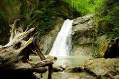 Cascada Casoca  Inainte de-a urca spre barajul de la Siriu, pe partea dreapta a soselei se desprinde un drum forestier. La doar sase kilometri distanta, in Masivul Podul Calului, in mijlocul padurii, descoperim spectaculoasa #cascada Pruncea sau Casoca. Doar in Romania.  #cascadacasoca