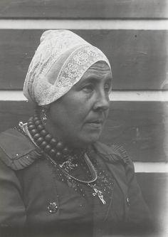 Vrouw in streekdracht uit West-Friesland. De vrouw draagt een 'hul' (muts). 1915 #NoordHolland #WestFriesland #hul