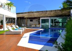 A piscina, revestida com pastilhas de vidro azul escuro, conta com prainha e uma parte reservada, com degraus internos, que promove máximo relaxamento após a sauna.