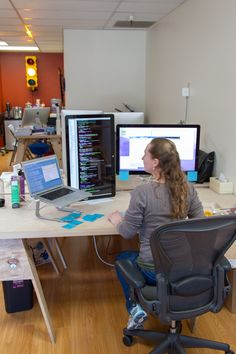 There's a lot of code on her screen! Emily Leather's desk at Votizen. Home Office Setup, Office Workspace, Home Office Desks, Office Chairs, Computer Desk Setup, Gaming Room Setup, Best Ergonomic Office Chair, Desktop Design, Home Room Design