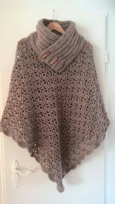 Poncho from CCC - poncho with moss stitch with a pocket on front. Poncho Pattern: Chain the chains with a slip SC, increase on every Shawl Crochet, Crochet Shawls And Wraps, Knitted Poncho, Crochet Scarves, Crochet Clothes, Crochet Woman, Love Crochet, Knit Crochet, Easy Crochet