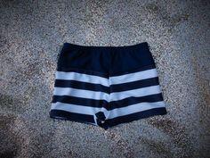 Short de niño tiro medio. Estampado en frente y espalda, y combinado color liso a contratono. Integramente forrado. Elastico de cintura de 1cm. Combinachión verde Hawaii-Verde, Azul hawaii-rojo, Azul rayas-Azul. T2-T10 Short Niña, Bikinis, Shorts, Fashion, Baby Girl Swimsuit, Swimsuits, Green, Blue, Stripes