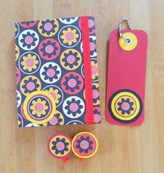 Caderno A7, pautado. Capa, marcador de livro e clips feitos com papel de scrapbook. Coleção: Flores no caminho. #tissupapieratelier