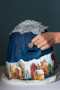 Détails :HIVER tirelire cm 32. papier mâché, pâte à modeler, tissu