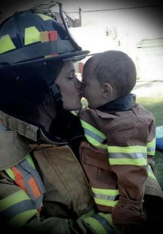 Firefighter Mom - So precious :) Firefighter Family, Firefighter Paramedic, Firefighter Pictures, Female Firefighter, Volunteer Firefighter, Firefighter Training, Firefighter Quotes, Fire Dept, Fire Department