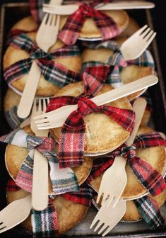 Mini pies tied in strips of flannel for fall and holiday parties! Mini pies tied in strips of flannel for fall and holiday parties! Snacks Für Party, Party Desserts, Fall Party Foods, Fall Party Ideas, Fall Wedding Foods, Fall Party Themes, Oreo Desserts, Strawberry Desserts, Holiday Treats