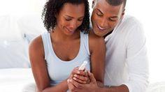 Casal aguardando o resultado do teste caseiro para gravidez - Foto: wavebreakmedia / ShutterStock