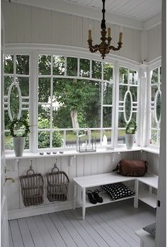 Great windows in this mud room