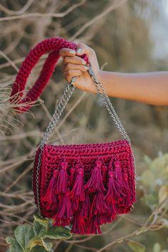 bolsa-risa-cachos-catarinamina-cereja-modelo-CM591 Crochet Clutch, Crochet Handbags, Crochet Purses, Boho Diy, Knitted Bags, Diy Crochet, Handmade Bags, Crochet Projects, Purses And Bags