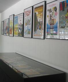 Fomento de la Lectura en Navarra: selección de carteles y expositor con algunos objetos promocionales del Servicio de Bibliotecas.