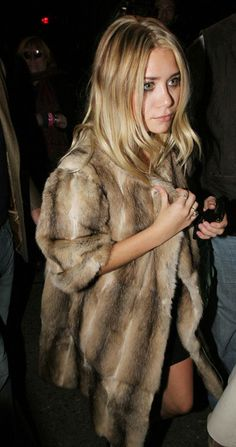 Ashley Olsen Simple Chic In Fur Coat Wavy Hair Beauty Little Black Dress Mini Silver Rings Ashley Olsen, Kate Olsen, Looks Chic, Looks Style, Style Me, Hair Style, Fur Fashion, Look Fashion, Fashion Shoes