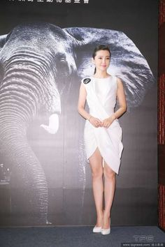 Li Bingbing: I was chatting with Shu Qi when Angelababy tossed the bridal bouquet Li Bingbing, Shu Qi, Ivory Trade, Angelababy, Chinese Actress, Eye Color, Sexy Women, Tossed, Bouquet