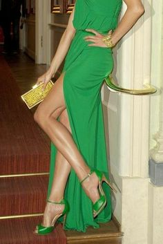 Karolina Kurkova wore an emerald green ELIE SAAB Spring 2012 full look to the Gala Spa Awards. Green Fashion, Look Fashion, High Fashion, Womens Fashion, Fashion Shoes, Bcbg Vestidos, Robes Elie Saab, Elie Saab Printemps, Vestido Dress