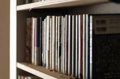 【EcoDecoスタッフ岡野の自邸リノベーション】本のサイズに合わせて、棚の高さを変えている。#ハードカバー #本棚 #書庫 #本 #EcoDeco #エコデコ #インテリア #リノベーション #renovation #東京 #福岡 #福岡リノベーション #福岡設計事務所 Bookcase, Home Decor, Decoration Home, Room Decor, Book Shelves, Home Interior Design, Home Decoration, Interior Design, Bookshelves