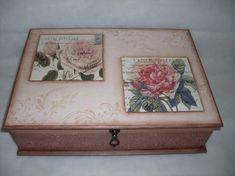 Porta joias duplo em mdf medindo 36cm compr x 27cm larg x 10cm alt, em tons de rosa e marrom. Decorado com papel textura, pezinhos de mdf, decoupage em relevo floral rosas, stêncil e tecido na parte interna.