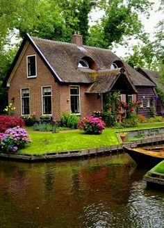 Photo Beautiful Buildings, Beautiful Landscapes, Beautiful Gardens, Beautiful Homes, Cozy Cottage, Cottage Homes, Autumn Scenery, Country Scenes, Dream House Exterior