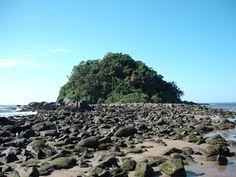 Ilha das Tartarugas. Também conhecida como Ilha do Farol é ligada a Praia dos Amores por um istmo de pedras, que pode ser visitada durante as marés baixa. É recoberta por exuberante Vegetação. O acesso se da pela Praia Bela. Matinhos/PR.