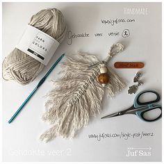 Nieuwe variant gehaakte veer handmade by juf Sas met gratis patroon | Creatief | Zeeland | Juf Sas Macrame Knots, Micro Macrame, Macrame Jewelry, Boho Diy, Yarn Colors, Yarn Crafts, Diy Crafts To Sell, Crochet Projects, Feather