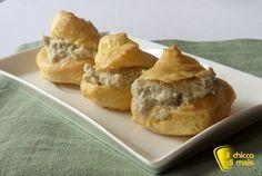 Bignè salati con mousse di carciofi (ricetta antipasto). Ricetta per un antipasto fingerfood vegetariano: bignè salati con carciofi, anche senza glutine