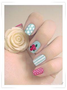 Diseño nail art con rosas vintage, puntos y rayas.