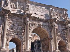 Arco de Constantino. Foi construido polo emperador Constantino despois da súa victoria sobre o emperador Maxencio na ponte Milvio no 312 d.C. Na época de crise cando foi construido moitos artistas marcharan de Roma cara a Constantinopla, nova capital do imperio. Esta é a razón pola que as esculturas e relevos que o decoran foron collidos doutros monumento máis antigos, algo que se convertiu en habitual a partir de entón.