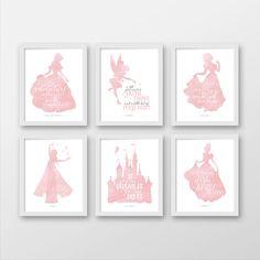 Satz von sechs, Disney Prinzessin, Disney Wandkunst, Pink, Belle, Tinkerbell, Snow White, Elsa, Cinderella, Ariel, Rapunzel, Dumbo, Aurora, Frozen von BearandLouDesigns auf Etsy https://www.etsy.com/de/listing/474726893/satz-von-sechs-disney-prinzessin-disney