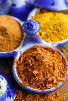 Ras el hanout is een kruidenmengsel dat we vooral kennen uit de Arabische keukens. Maar, wat is het precies, waar wordt het van gemaakt en wat kun je er allemaal mee? De mix is afkomstig uit het Noorden van Afrika, Marokko en Tunesië, en wordt zoals bij zoveelvergelijkbare producten overal anders gemaakt. Hoewel het dus …