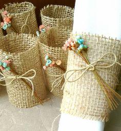 O PORTA GUARDANAPO É FEITO DE JUTA E DECORADO COM FLORES SECAS    O nosso prazo de produção é contado em dias úteis.    O porta guardanapo mais LINDO e estiloso que você já viu!  Muito estilo, charme, beleza, criatividade, inovação e encanto para dar um toque especial e marcante em um momento tão... Wedding Gloves, Wedding Gifts For Guests, Diy And Crafts, Napkins, Reusable Tote Bags, Toque, Creative, Handmade, Dish Towel Cakes