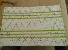 Her er min opskrift på et hæklet håndklæde Dette håndklæde måler 32 X 50 cm 2 nøgler hvidt bomuldsgarn og en rest grøn. Hæklenål nr.2-2,5 Slå 135 lm op og start med en stgm i 4.lm fra nålen. Følg mønsteret på billedet. Vend hver række med 3 lm. Skift til grøn farve på 8.-11. og 14.række. F... Crochet Patterns, Knitting, Coasters, Kitchen, Creative, Cooking, Tricot, Crochet Pattern, Breien