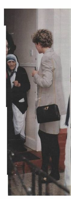 Princess Diana en visite privé chez Mother Teresa à Kilburn _ Mar. Princess Diana And Charles, Princess Diana Wedding, Royal Princess, Princess Of Wales, Kate Middleton, Princess Videos, Diane, Lady Diana Spencer, Anna Wintour