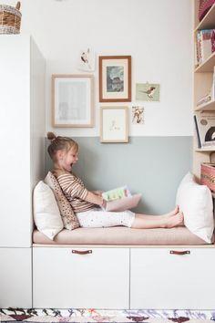Schöne Leseecke im Kinderzimmer mit IKEA Besta und Stuva. Ein schöner IKEA Hack in Weiß und Pastellfarben.