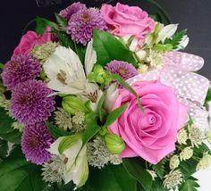 Vaaleanpunainen kimppu rusetilla: ruusu, krysteemi, inkalilja Kukkiamme voi tilata myös verkkokaupasta http://meritorni.ekukka.fi