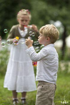 Bild: Kind auf einer Hochzeitsfeier, Hochzeitsfotos Hochzeitsreportage Deko Ideen Dekoration ideas Seifenblasen