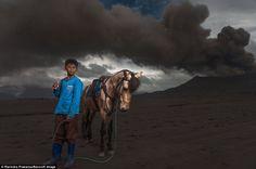 Бесстрашный индонезийский народ, живущий вблизи извергающегося вулкана Бромо фото
