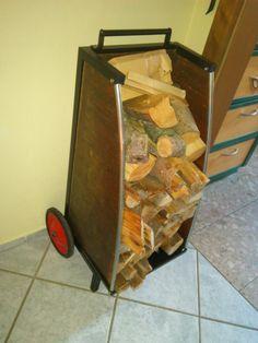 DIY Brennholzwagen. Bau aus Altteilen: Kupferblech von Kamin, Räder einer Seifenkiste, Grundgestell: altes Regaluntergestell. Geschweißt, geschraubt, genietet, lackiert