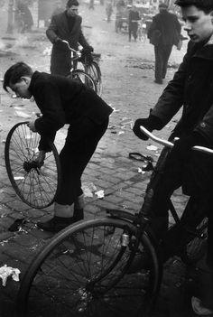 tytusjaneta: Leonard FreedNETHERLANDS. Amsterdam. 1964. Waterlooplein at sundown. © Leonard Freed/Magnum Photos