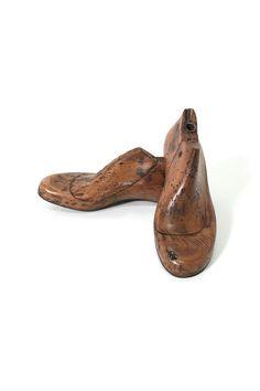 商品ID32196L 商品名シューモールド(靴の木型・ラスト)ペア 輸入国フランス   サイズ長さ:243 幅:80 高さ:85mm 重さ:1.5kg(ペアでの重さ)  業販価格¥4,800 (¥5,184 税込)  Products ID 32196L trade name shoe mold (shoes wooden-last) pairs Importing country France   Size Length: 243 Width: 80 Height: 85mm Weight: 1.5kg (weight of a pair) Industry sales price ¥ 4,800 (¥ 5,184 tax included) 使い方イロイロ♪インテリアとして飾っておくだけでも素晴らしい雰囲気を醸し出してくれるアンティークシューモールドです。