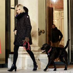Brigitte Macron : Stylée en doudoune, la première dame brave le froid pour Nemo French Chic, French Style, My Style, Macron France, Beaux Couples, Brigitte Macron, Nemo, How To Be Likeable, World Leaders