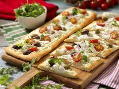 Pizza bianco med färskost recept | Allas Recept Pizza Appetizers, Appetizer Dips, Appetizer Recipes, Tapas, Kebab Wrap, Afternoon Tea, Food Inspiration, Catering, Vegetarian Recipes