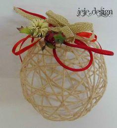 -riciclo creativo-  palla realizzata con lana imbevuta di colla e acqua, asciugata e decorata!!!