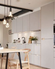 Formica faced plywood kitchen in Fox Grey by Plykea Modern Kitchen Design, Interior Design Kitchen, Kitchen Decor, Room Kitchen, Cocinas Chocolate, Ikea Bodbyn, Plywood Kitchen, Cafe Seating, Open Plan Kitchen