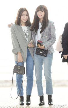 Red Velvet Kim Yerim and Kang Seulgi Airport Fashion Kpop, Kpop Fashion, Korean Fashion, Kpop Outfits, Korean Outfits, Girl Outfits, Fashion Idol, Girl Fashion, Fashion Outfits