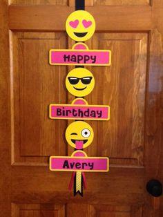Emoji enfrenta muestra de puerta de fiesta de cumpleaños. Tengo 4 caras diferentes, que usted puede elegir que 3 como en la muestra. Si usted no selecciona cuales 3 recibirá como en la foto. Ideal para saludar a sus invitados de la fiesta. Cada nivel es 10 1/2 de ancho y cada corte de troquel Emoji es 5. Usando ácido libre cartón, cinta y hay un gancho metálico para colgar tu banner. Banner es 37 de largo. Añadir en la sección de comentarios el color que quieres que tu signo sea. Pue...