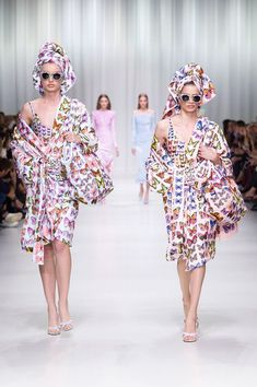 Versace Spring 2018 Ready-to-Wear Fashion Show Collection Gianni Versace a8e9b119258