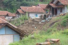 Warga Relokasi Waduk Jatigede Merasa Terisolasi.     Permukiman di Blok Panyiraban, Desa Mekarasih, Kecamatan Jatinunggal, Sumedang. Metronews: 27 Januari 2016
