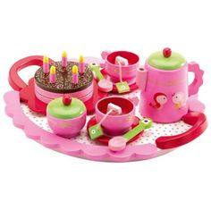 L'enfant invite sa famille au goûter d'anniversaire de sa poupée. À l'arrivée des convives, il dispose ce beau plateau sur la table du salon. Une tasse de thé pour l'un, un chocolat chaud pour l'autre. La poupée souffle les bougies et tous se partagent le bon gâteau aux fraises nappé de chocolat.