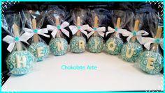 Maça de chocolate com arabescos e iniciais em chocolate <br> <br>Pode ser feito em qualquer cor, <br> <br>Vão embaladas no celofane com fita de cetim inclusa <br> <br>Desenvolvemos qualquer tema. Consulte-nos