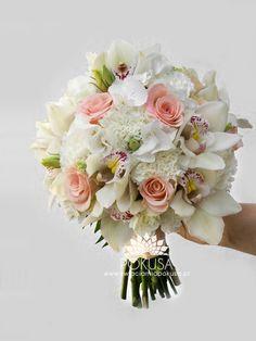 bukiet ślubny z goździków, róż, storczyków